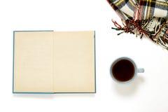 Tazza di flatlay generale del tè, del libro e della lana Fotografia Stock Libera da Diritti