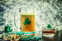 Tazza di giorno della st Patricks della celebrazione irlandese del whiskey della birra Fotografie Stock