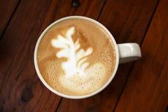 Tazza di latte con i ramoscelli del disegno sulla schiuma del latte Immagini Stock Libere da Diritti