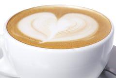 Tazza di Latte con il disegno del cuore. Fotografia Stock