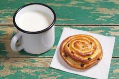 Tazza di latte e del panino Fotografie Stock