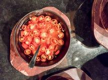 Tazza di legno del peperoncino rosso rosso affettato fresco in aceto Alto chiuso Immagini Stock Libere da Diritti