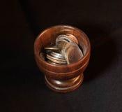 Tazza di legno delle monete Immagini Stock