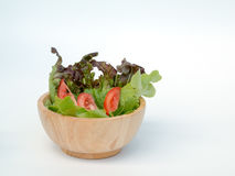 Tazza di legno di insalata su fondo bianco Immagine Stock