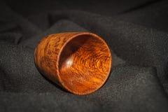Tazza di legno su blak Immagine Stock Libera da Diritti
