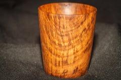 Tazza di legno su blak Immagini Stock Libere da Diritti