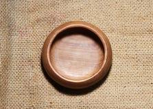 Tazza di legno su tela di sacco Fotografia Stock