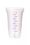 Tazza di misurazione di plastica isolata su bianco Immagine Stock