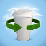 Tazza di plastica Concetto con le frecce verdi dall'erba Riciclaggio del concetto Fotografia Stock Libera da Diritti