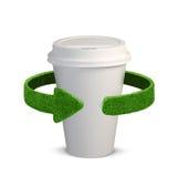 Tazza di plastica Concetto con le frecce verdi dall'erba Riciclaggio del concetto, isolamento su bianco Fotografie Stock Libere da Diritti