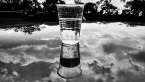Tazza di plastica dell'acqua e 5 elementi Fotografie Stock