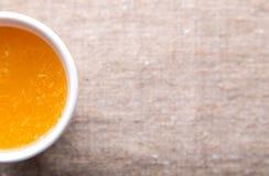 Tazza di succo d'arancia fresco Fotografie Stock Libere da Diritti