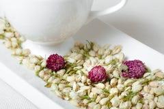 Tazza di tè bianca e fiori asciutti Fotografia Stock