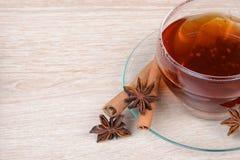 Tazza di tè con anice stellato e cannella Fotografie Stock Libere da Diritti
