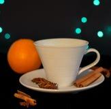 Tazza di tè con cannella, anice e l'arancia Fotografia Stock