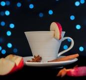 Tazza di tè con cannella, anice e la mela Fotografie Stock