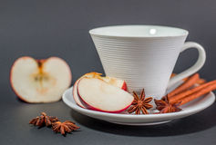 Tazza di tè con cannella, anice e la mela Immagine Stock Libera da Diritti