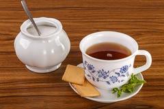 Tazza di tè con i biscotti e la menta Fotografie Stock