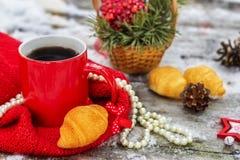 Tazza di tè con i croissant all'aperto fotografie stock