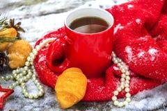 Tazza di tè con i croissant all'aperto fotografia stock