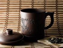 Tazza di tè con i fogli 2 del tè Fotografia Stock
