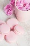 Tazza di tè con i maccheroni rosa e rosa Immagini Stock Libere da Diritti