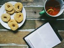 tazza di tè con il blocco note casalingo dei biscotti del limone sui bordi di legno Immagini Stock Libere da Diritti