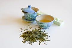 Tazza di tè con il contenitore di regalo Fotografie Stock Libere da Diritti