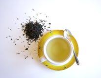 Tazza di tè con il cucchiaio e le foglie di tè Immagini Stock Libere da Diritti
