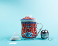 Tazza di tè con il infuser dell'acciaio inossidabile Immagini Stock