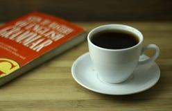 Tazza di tè con il libro rosso fotografia stock libera da diritti