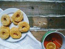 tazza di tè con il limone, biscotti casalinghi Immagini Stock Libere da Diritti
