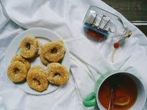 Tazza di tè con il limone, biscotti casalinghi su un fondo bianco Fotografie Stock