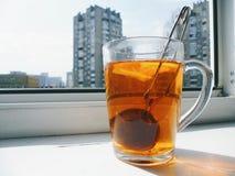 tazza di tè con il limone su un davanzale bianco della finestra Fotografia Stock