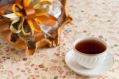 Tazza di tè con il mazzo del cioccolato Fotografie Stock
