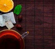 Tazza di tè con l'arancia affettata Fotografia Stock