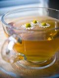Tazza di tè con la camomilla Fotografie Stock Libere da Diritti