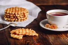 Tazza di tè con le cialde belghe Fotografia Stock Libera da Diritti