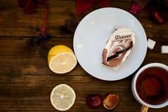 Tazza di tè con le foglie di autunno dell'uva selvaggia Immagini Stock Libere da Diritti