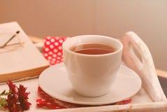 Tazza di tè con le foglie di autunno dell'uva selvaggia, foto tonificata Fotografia Stock Libera da Diritti