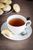 Tazza di tè con le pasticcerie fotografia stock