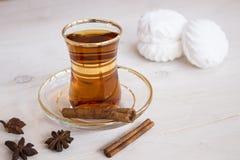 Tazza di tè con le spezie e le caramelle gommosa e molle Fotografia Stock