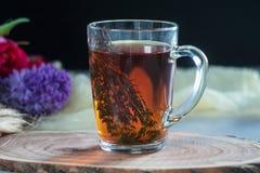 Tazza di tè con timo e mazzo dei fiori su fondo Concetto della sorgente Immagine Stock Libera da Diritti