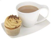 Tazza di tè con un bigné ghiacciato fotografia stock libera da diritti