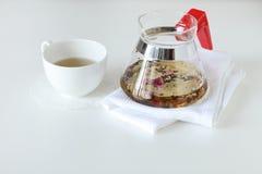 Tazza di tè con una teiera fotografie stock libere da diritti