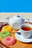 Tazza di tè con una teiera e una marmellata d'arance colorata immagine stock libera da diritti