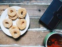 tazza di tè, dei biscotti casalinghi e di un taccuino Immagine Stock