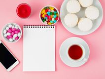 Tazza di tè, del blocco note, del cellulare e dei piatti di dolci differenti - marzo Fotografia Stock