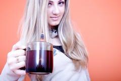 Tazza di tè della holding della donna immagine stock