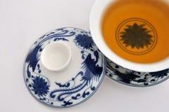 Tazza di tè della pittura di stile cinese e tè blu Fotografia Stock